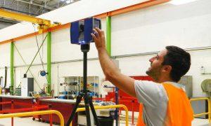 Opérateur Scanner Laser 3D en relevé site industriel Volvo